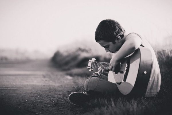 https://jugend-ins-zentrum.de/wp-content/uploads/2019/08/Kid-with-Guitar-for-Al-Dar-600x400.jpg